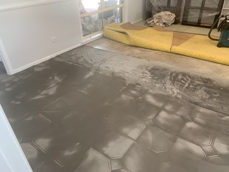 Tapering the floor between the tiles and foundation